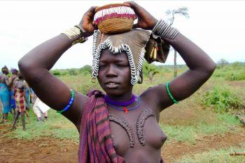 Mujer con escarificaciones: Etiopía