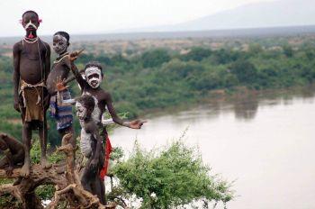 Niños en el río Omo: Etiopía