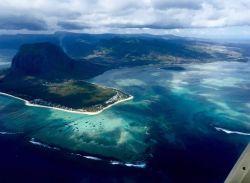 Cascada submarina desde nuestro segundo vuelo en helicóptero: Reunión, Mauricio, Rodrigues