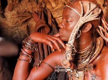 Himba en Cataratas Epupa. Namibia.: Namibia, Botswana, Cataratas Victoria, Sudáfrica